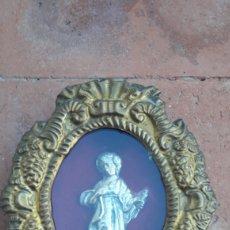 Antigüedades: ANTIGUO CUADRO FIGURA RELIGIOSA EN RELIEVE. CONTORNO COBRE REPUJADO. ORIGEN DESCONOCIDO. DANI. Lote 215671717