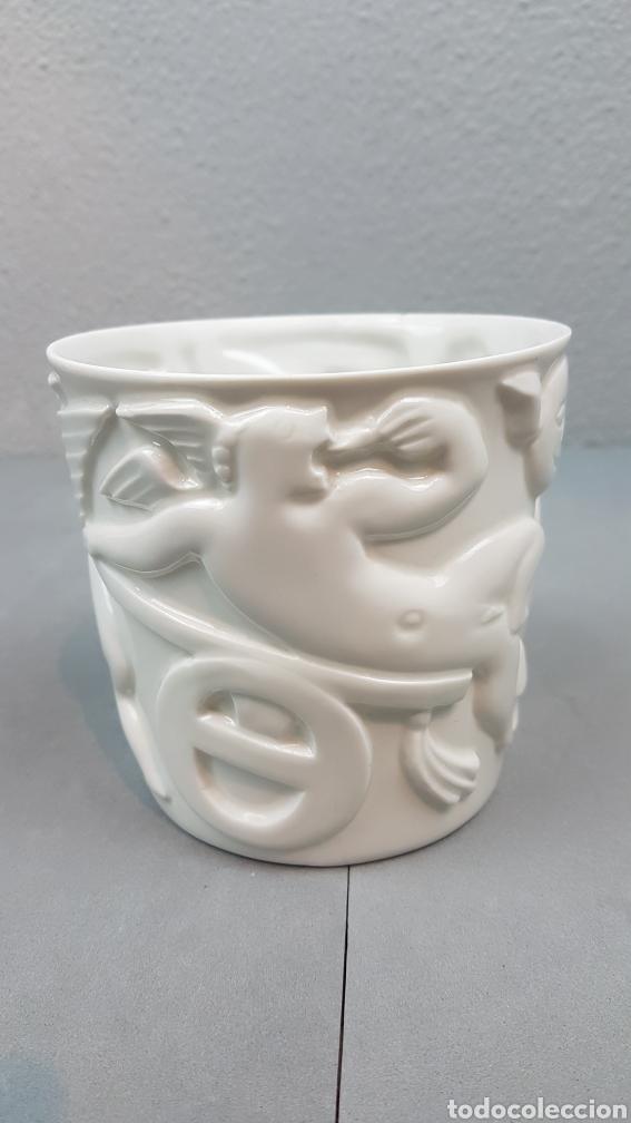 BOL DE PORCELANA BLANCA MOTIVO ANGELES DE CASTRO DOLMEN SARGADELOS AÑOS 70. (Antigüedades - Porcelanas y Cerámicas - Sargadelos)