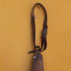 Antigüedades: CENCERRO CON CORREA DE CUERO Y BADAJO DE MADERA TALLADO ARTESANAL.. Lote 215710198