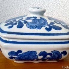 Antigüedades: BOMBONERA PORCELANA BLANCA Y DECORACIÓN FLORAL EN AZUL. PORCELANA CHINA. Lote 215718776