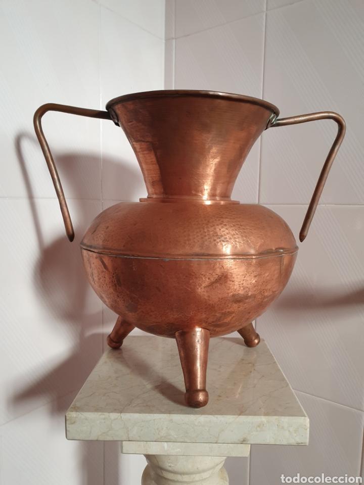 PRECIOSO JARRON DE TRES PATAS REALIZADO EN COBRE (Antigüedades - Hogar y Decoración - Jarrones Antiguos)