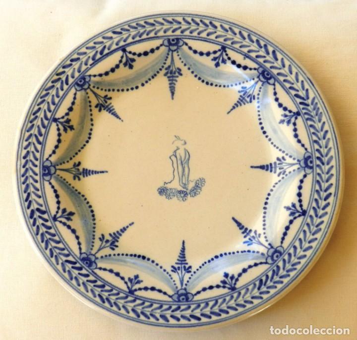 PLATO DE CERÁMICA TALAVERA, RUIZ DE LUNA CON IMAGEN DE MUJER Y PUNTILLA DECORATIVA. MUY BUEN ESTADO. (Antigüedades - Porcelanas y Cerámicas - Talavera)