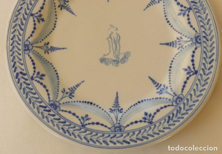 Antigüedades: Plato de cerámica Talavera, Ruiz de Luna con imagen de mujer y puntilla decorativa. muy buen estado. - Foto 2 - 215777652