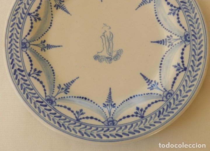 Antigüedades: Plato de cerámica Talavera, Ruiz de Luna con imagen de mujer y puntilla decorativa. muy buen estado. - Foto 3 - 215777652