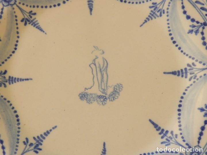 Antigüedades: Plato de cerámica Talavera, Ruiz de Luna con imagen de mujer y puntilla decorativa. muy buen estado. - Foto 4 - 215777652