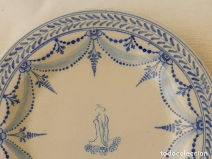 Antigüedades: Plato de cerámica Talavera, Ruiz de Luna con imagen de mujer y puntilla decorativa. muy buen estado. - Foto 5 - 215777652