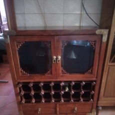 Antigüedades: PRECIOSO MUEBLE BAR BOTELLERO DE MADERA DE CAOBA MACIZO ESTILO HINDÚ.CON DECORACIONES DE LATÓN.. Lote 215777770