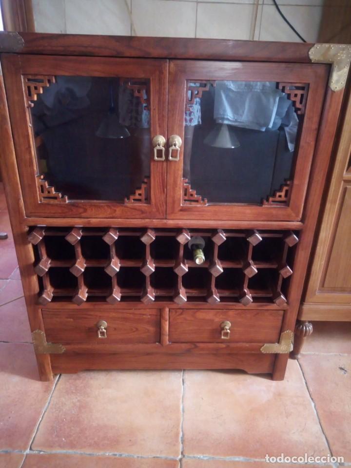 Antigüedades: Precioso mueble bar botellero de madera de caoba macizo estilo hindú.con decoraciones de latón. - Foto 3 - 215777770
