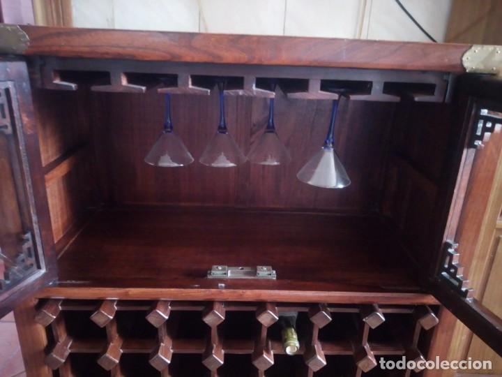 Antigüedades: Precioso mueble bar botellero de madera de caoba macizo estilo hindú.con decoraciones de latón. - Foto 5 - 215777770