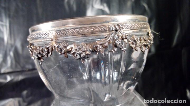 Antigüedades: JARRÓN EN CRISTAL FRANCÉS CON BASE EN CUATRO PATAS Y REMATE SUPERIOR EN PLATA CINCELADA. S.XIX. - Foto 3 - 215825046