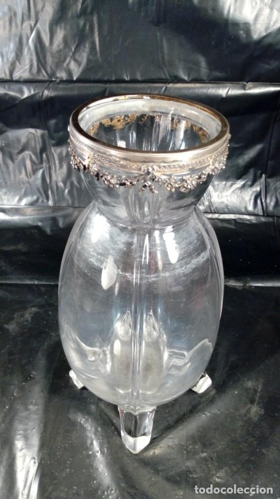 Antigüedades: JARRÓN EN CRISTAL FRANCÉS CON BASE EN CUATRO PATAS Y REMATE SUPERIOR EN PLATA CINCELADA. S.XIX. - Foto 4 - 215825046
