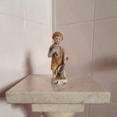 Antigüedades: ANTIGUA FIGURA DE NIÑO PESCANDO REALIZADA EN BISCUIT. Lote 215829338