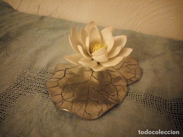 Antigüedades: Preciosa figura de flor de lote de porcelana y hoja de estaño ,exquisita pieza. - Foto 2 - 215836715