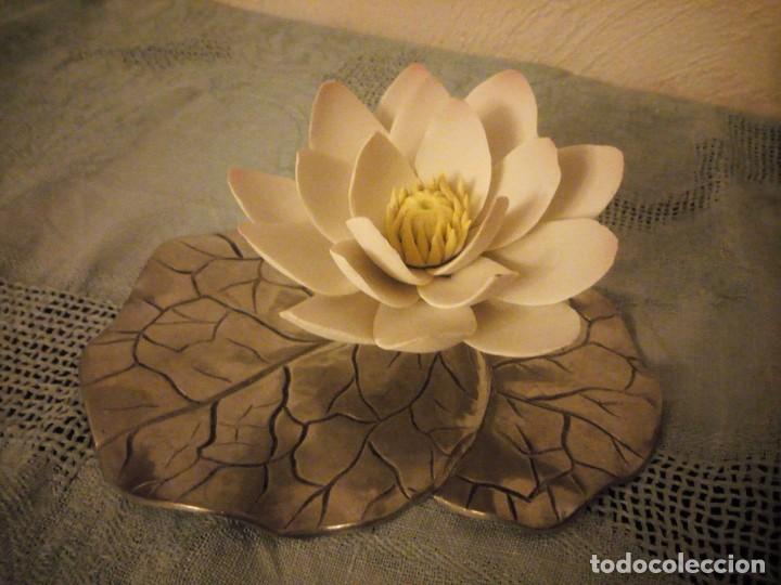 Antigüedades: Preciosa figura de flor de lote de porcelana y hoja de estaño ,exquisita pieza. - Foto 3 - 215836715