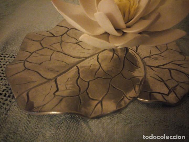 Antigüedades: Preciosa figura de flor de lote de porcelana y hoja de estaño ,exquisita pieza. - Foto 5 - 215836715