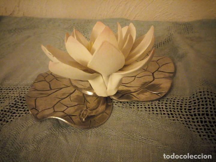 Antigüedades: Preciosa figura de flor de lote de porcelana y hoja de estaño ,exquisita pieza. - Foto 6 - 215836715