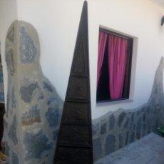Antigüedades: PRECIOSO MUEBLE INDU FORMA DE PIRÁMIDE DE MADERA DE PINO CON IMAGENES AZTECAS TALLADAS,5 CAJONES. Lote 215837990