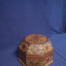 Antigüedades: CAJA OCTOGONAL DE MARQUETERIA. Lote 215889410