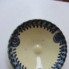 Antigüedades: FUENTE GRANADINA, VIDRIADA CON ADORNOS EN COBALTO. Lote 215895018