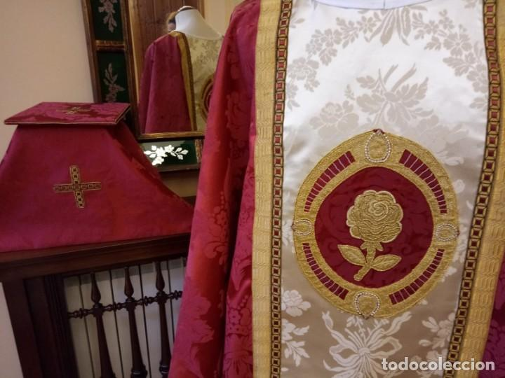 CASULLA ROJA CON COMPLEMENTOS A JUEGO (ESTOLA, VELO DEL CALIZ Y CARPETA DE CORPORALES) (Antigüedades - Religiosas - Casullas Antiguas)