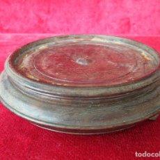 Antigüedades: PEANA DE MADERA NOBLE DE UNA PIEZA , PARA JARRÓN O SANTO. SANA, PERFECTA. Lote 215978803