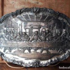 Antigüedades: BANDEJA DECORATIVA DE LA ULTIMA CENA, METÁLICA, REPUJADA. 45 CM DE LARGO. Lote 215986706