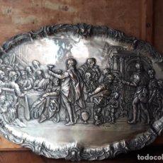 Antigüedades: BANDEJA DECORATIVA DE LA ULTIMA CENA, METÁLICA, REPUJADA.. Lote 215986706