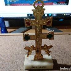 Antigüedades: PRECIOSA CRUZ DE CARAVACA CON PEANA DE MARMOL Y PIEDRAS EN LA CRUZ 17 CM DE ALTA. Lote 215992412