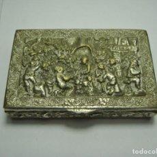 Antigüedades: BONITA CAJA O PASTILLERO DE COLECCIÓN. BRONCE CON BAÑO DE PLATA. (7,5 X 5 CM). Lote 216430632