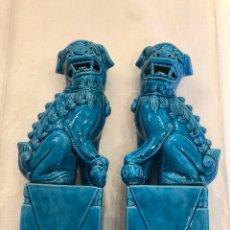 Antigüedades: PAREJA DE FURIAS 20 CM, PERROS FOO AZULES DE PORCELANA VIDRIADA. Lote 216439143
