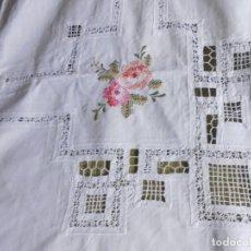 Antigüedades: EXCEPCIONAL ANTIQUO MANTELERIA BORDADA AÑOS 70 BLANCO. 170X250 CM /12 SERV.NUEVO. Lote 216450573