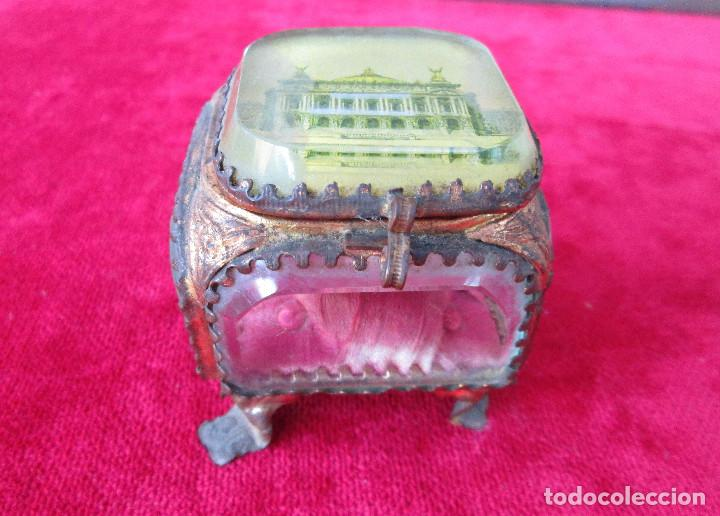 Antigüedades: PRECIOSO JOYERO DE CRISTAL DE ROCA Y LATÓN CON CAMA EN CAPITONÉ, ÓPERA DE PARIS - Foto 2 - 216484326