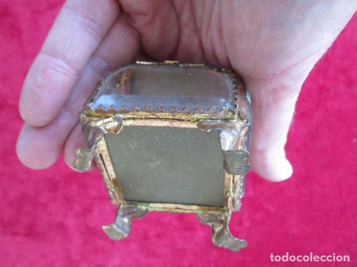Antigüedades: PRECIOSO JOYERO DE CRISTAL DE ROCA Y LATÓN CON CAMA EN CAPITONÉ, ÓPERA DE PARIS - Foto 7 - 216484326