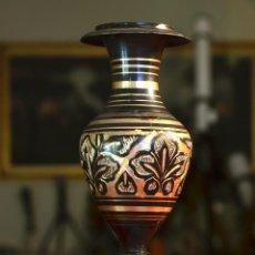 Antigüedades: PRECIOSO JARRONCITO NEGRO CON BORDES Y EFECTOS DORADOS. Lote 216578161