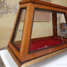 Antigüedades: ANTIGUA VITRINA EXPOSITORA DE COMERCIO , EN MADERA Y CRISTAL , SIGLO XIX. Lote 216595997