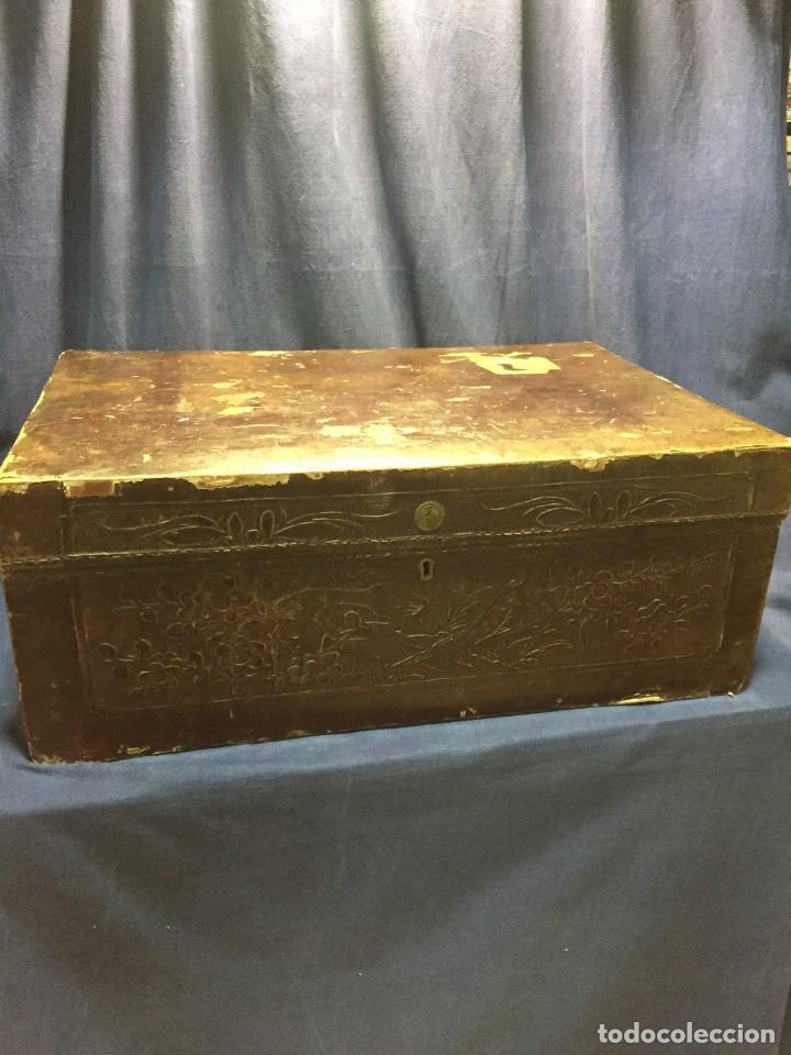 BAÚL CHINO EXPORTACION EUROPA GOFRADO CUERO PIEL AVES ENTRE CEREZOS EN FLOR 4800GRS 26X67X45CMS (Antigüedades - Muebles Antiguos - Baúles Antiguos)