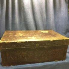 Antigüedades: BAÚL CHINO EXPORTACION EUROPA GOFRADO CUERO PIEL AVES ENTRE CEREZOS EN FLOR 4800GRS 26X67X45CMS. Lote 216601566