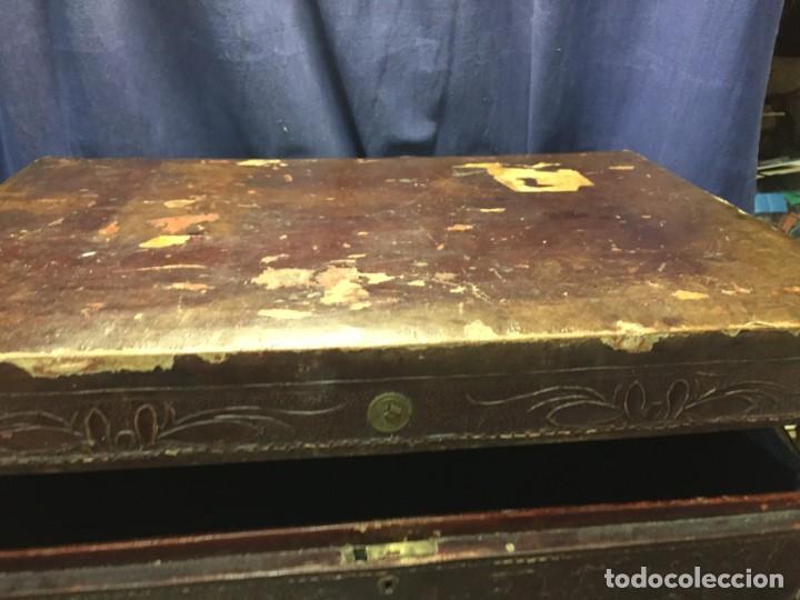Antigüedades: BAÚL CHINO EXPORTACION EUROPA GOFRADO CUERO PIEL AVES ENTRE CEREZOS EN FLOR 4800GRS 26X67X45CMS - Foto 2 - 216601566