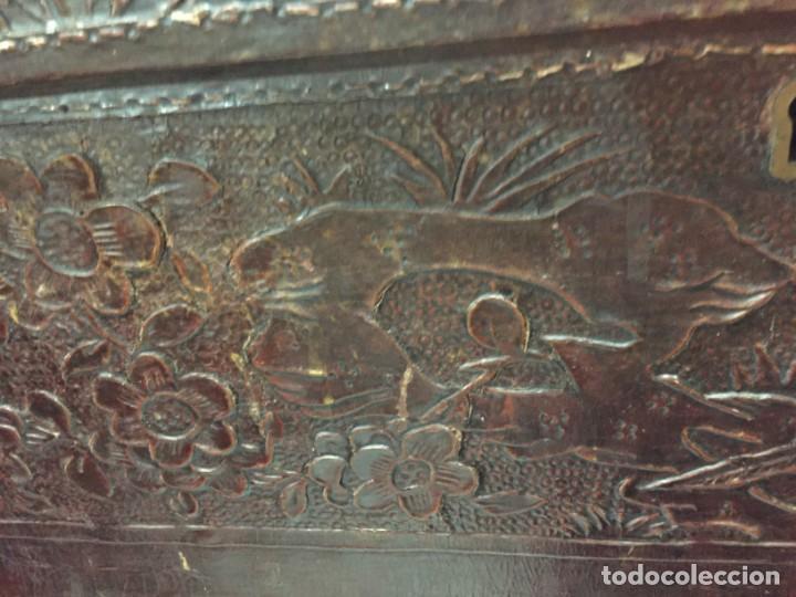 Antigüedades: BAÚL CHINO EXPORTACION EUROPA GOFRADO CUERO PIEL AVES ENTRE CEREZOS EN FLOR 4800GRS 26X67X45CMS - Foto 3 - 216601566