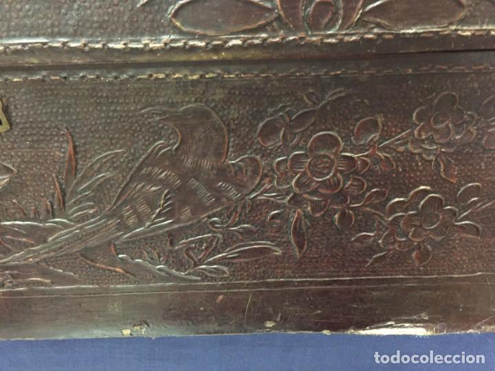 Antigüedades: BAÚL CHINO EXPORTACION EUROPA GOFRADO CUERO PIEL AVES ENTRE CEREZOS EN FLOR 4800GRS 26X67X45CMS - Foto 4 - 216601566