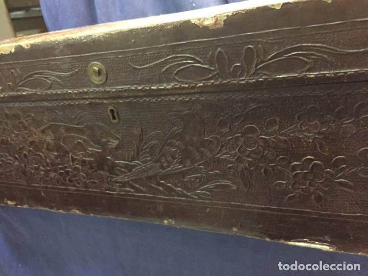 Antigüedades: BAÚL CHINO EXPORTACION EUROPA GOFRADO CUERO PIEL AVES ENTRE CEREZOS EN FLOR 4800GRS 26X67X45CMS - Foto 5 - 216601566