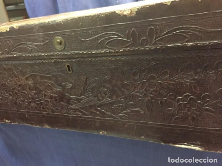Antigüedades: BAÚL CHINO EXPORTACION EUROPA GOFRADO CUERO PIEL AVES ENTRE CEREZOS EN FLOR 4800GRS 26X67X45CMS - Foto 6 - 216601566