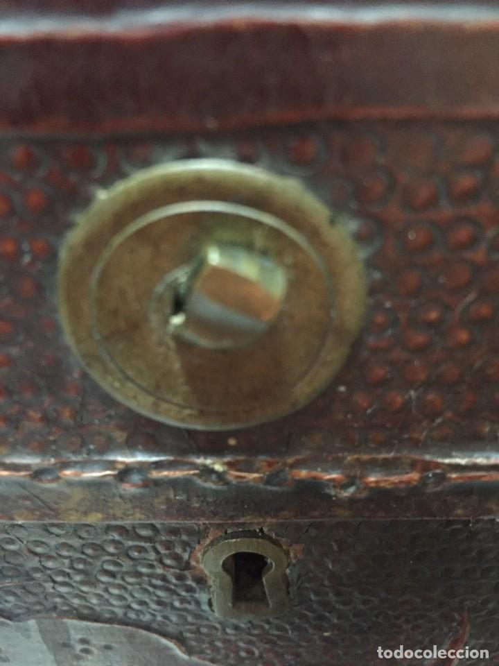 Antigüedades: BAÚL CHINO EXPORTACION EUROPA GOFRADO CUERO PIEL AVES ENTRE CEREZOS EN FLOR 4800GRS 26X67X45CMS - Foto 7 - 216601566