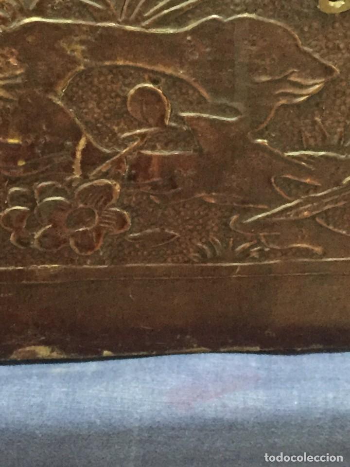 Antigüedades: BAÚL CHINO EXPORTACION EUROPA GOFRADO CUERO PIEL AVES ENTRE CEREZOS EN FLOR 4800GRS 26X67X45CMS - Foto 23 - 216601566