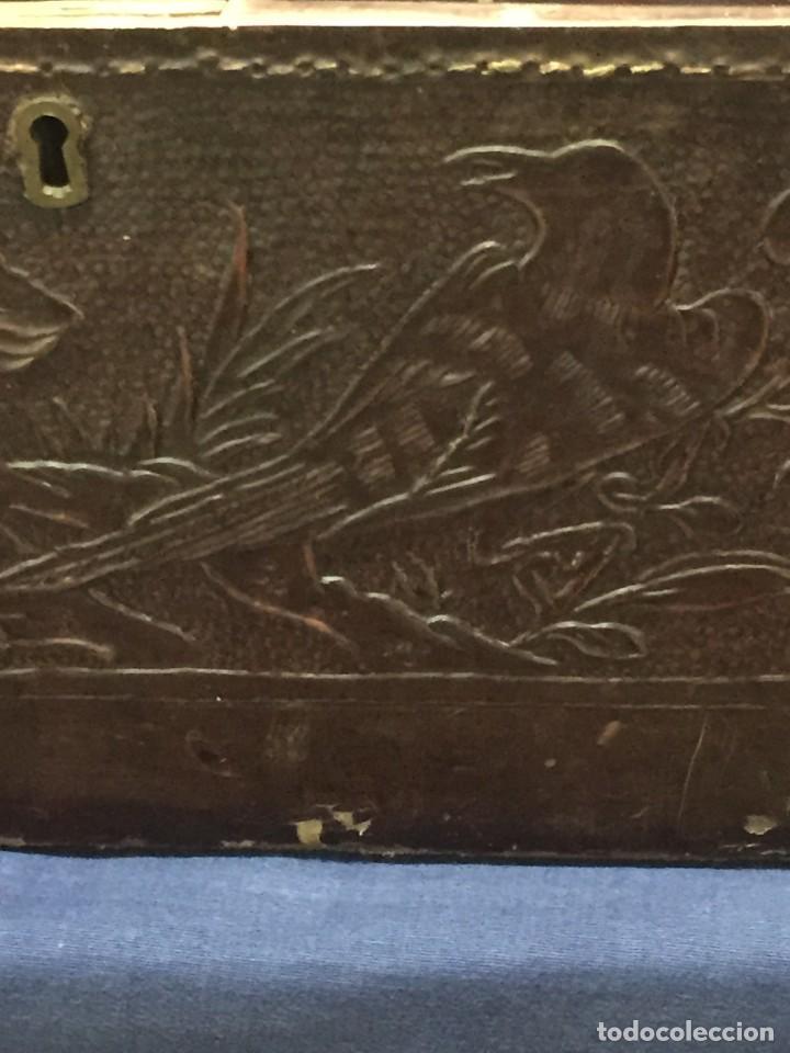 Antigüedades: BAÚL CHINO EXPORTACION EUROPA GOFRADO CUERO PIEL AVES ENTRE CEREZOS EN FLOR 4800GRS 26X67X45CMS - Foto 24 - 216601566
