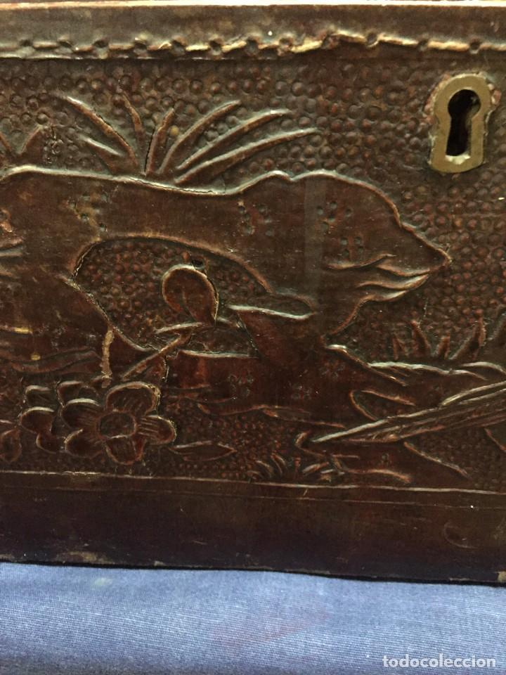 Antigüedades: BAÚL CHINO EXPORTACION EUROPA GOFRADO CUERO PIEL AVES ENTRE CEREZOS EN FLOR 4800GRS 26X67X45CMS - Foto 25 - 216601566