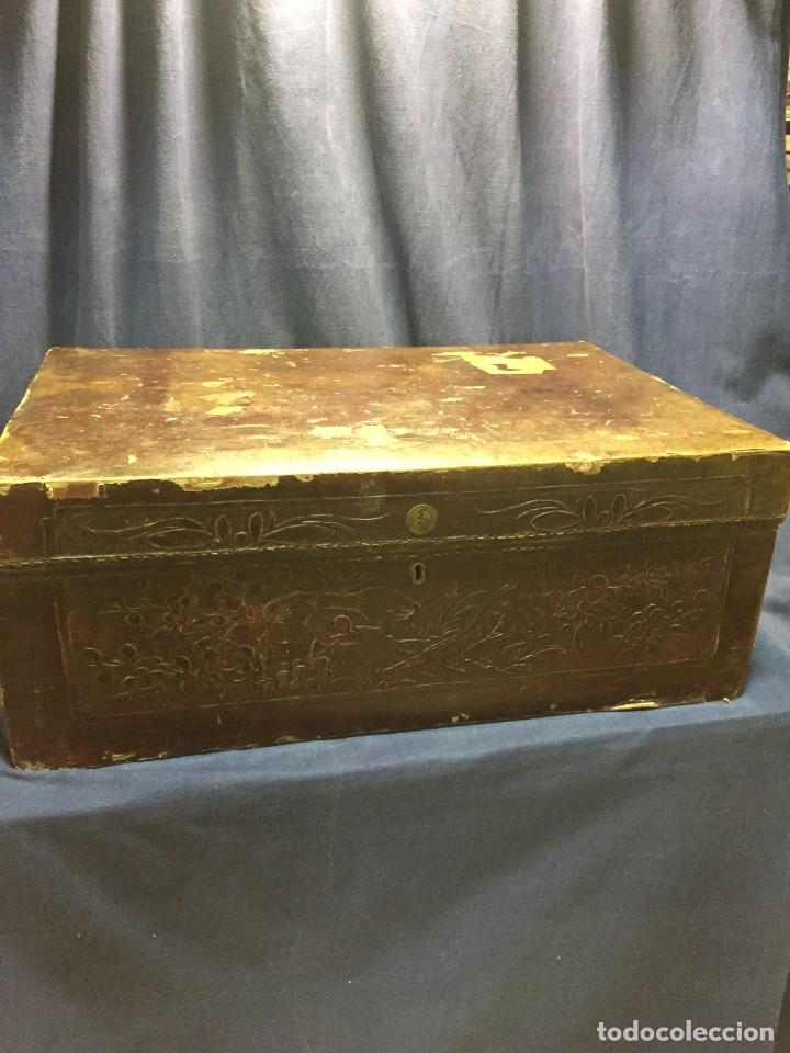 Antigüedades: BAÚL CHINO EXPORTACION EUROPA GOFRADO CUERO PIEL AVES ENTRE CEREZOS EN FLOR 4800GRS 26X67X45CMS - Foto 30 - 216601566