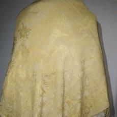Antiquités: PRECIOSO Y ANTIGUO MANTÓN DE SEDA ADAMASCADA (ALGÚN DEFECTO). Lote 216635107