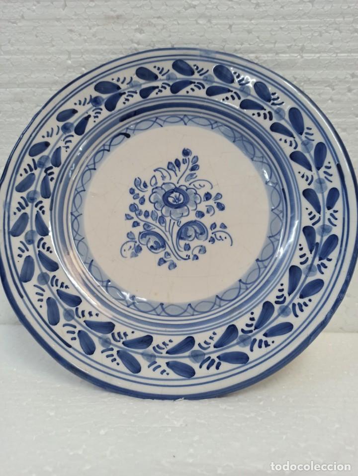 PLATO CERÁMICA TALAVERA. DECORACIÓN TRADICIONAL. C19 (Antigüedades - Porcelanas y Cerámicas - Talavera)