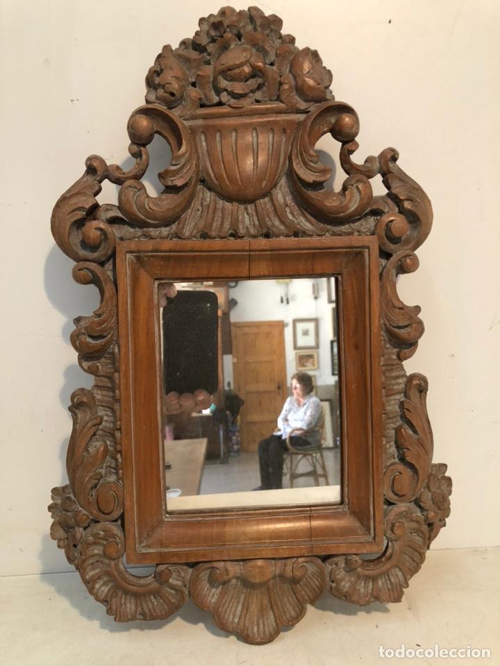 ESPEJO DE TALLA DE MADERA. (Antigüedades - Muebles Antiguos - Espejos Antiguos)